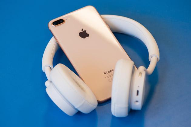 iPhone 8 Plus ze słuchawkami