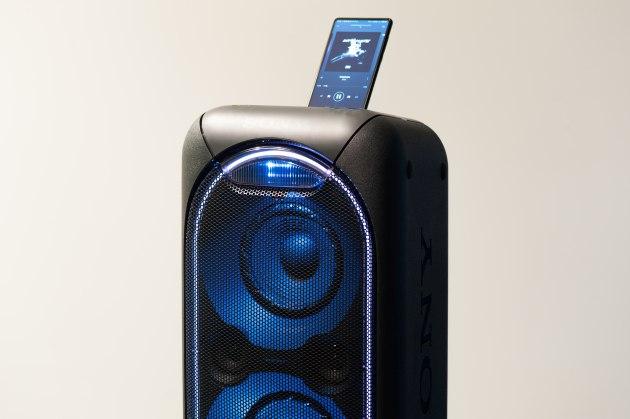 Sony GTK-XB60 ze smartfonem