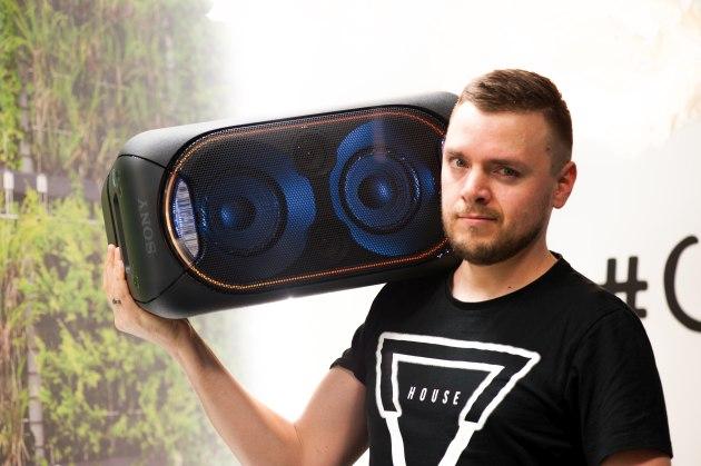 Sony GTK-XB60 na ramieniu