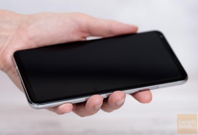 LG V30 w dłoni
