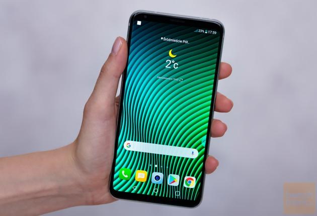 LG V30 ekran włączony w dłoni