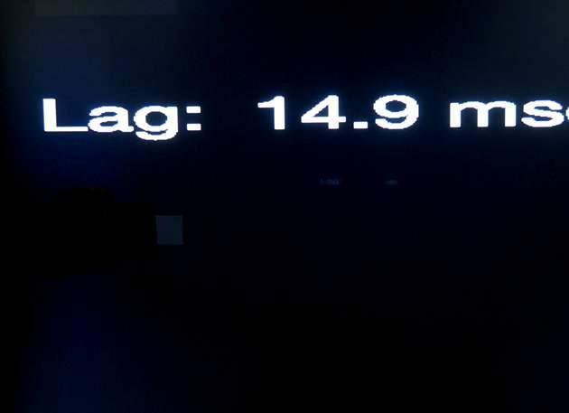 ekran telewizora z podłączonym miernikiem