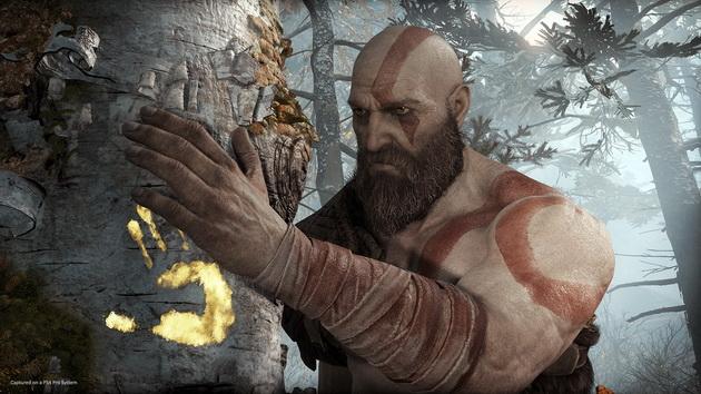 God of War - Kratos obejmujący drzewo