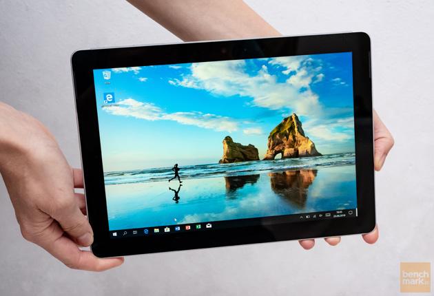 Microsoft Surface Go dłonie