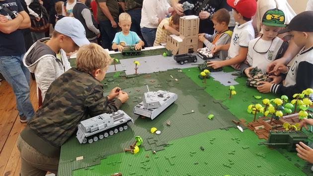 Polskie czołgi w World of Tanks - impreza premierowa w Muzeum Wojska Polskiego - dzieci bawią się klockami Cobi