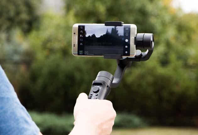 Hohem iSteady Mobile - gimbal z zamontowanym telefonem