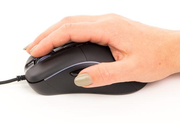Genesis Xenon 750 - dłoń na myszce