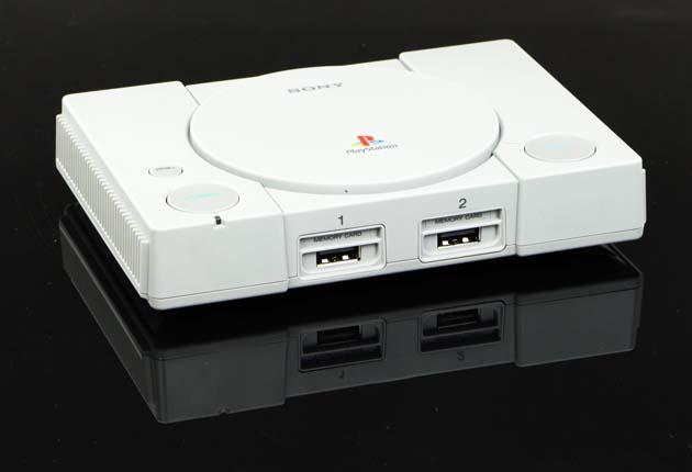 PlayStation Classic na czarnym tle