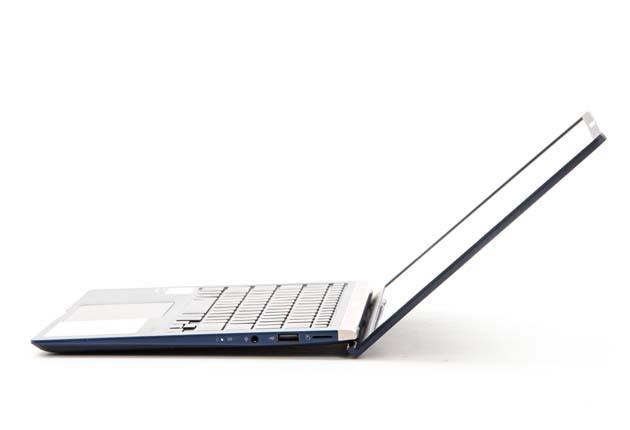 Asus ZenBook UX433 bok ErgoLift