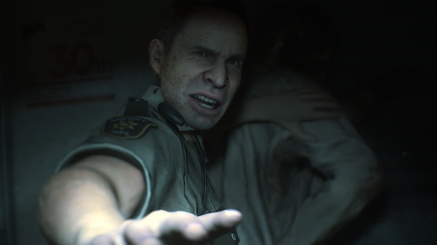 Resident Evil 2 Remake - policjant trzyma zombie