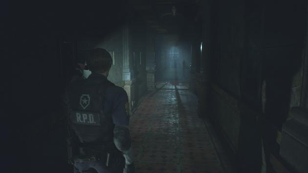 Resident Evil 2 remake - korytarz w świetle latarki