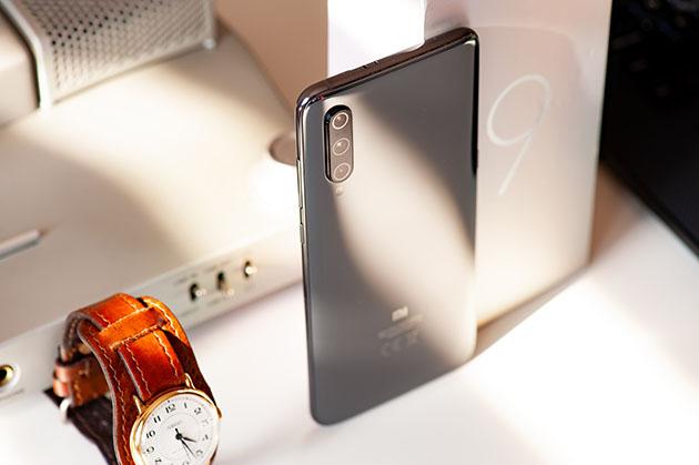 Xiaomi Mi 9 - szklana obudowa