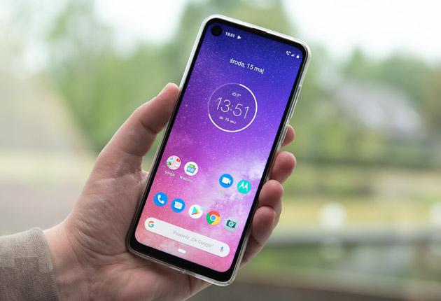 Motorola One Vision dłoń